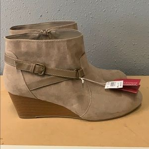 Nude wedge boot